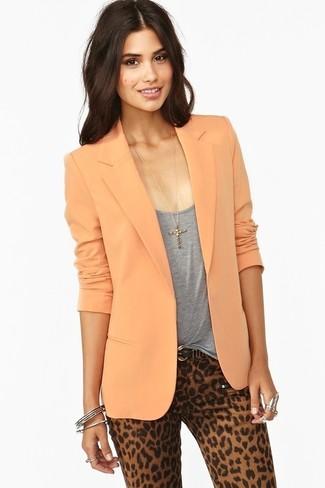 Cómo combinar: blazer naranja, camiseta sin manga gris, pantalones pitillo de leopardo marrón claro, correa de cuero negra