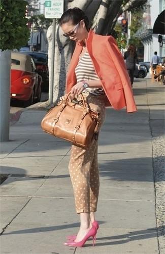 Cómo combinar un blazer naranja: Intenta combinar un blazer naranja junto a unos pantalones pitillo a lunares marrón claro para una vestimenta cómoda que queda muy bien junta. Zapatos de tacón de cuero rosa son una opción inmejorable para completar este atuendo.