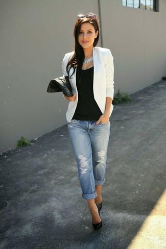 Utiliza un blazer blanco y unos vaqueros boyfriend desgastados celestes para un look diario sin parecer demasiado arreglada. Dale onda a tu ropa con zapatos de tacón de cuero negros.
