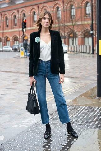 Empareja un blazer de terciopelo negro con unos vaqueros azules para un look diario sin parecer demasiado arreglada. Opta por un par de zapatos de tacón de cuero negros para destacar tu lado más sensual.