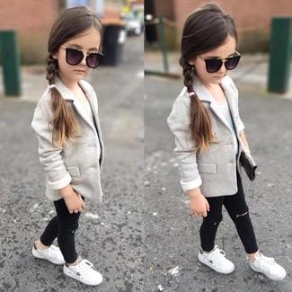 Cómo combinar: blazer gris, camiseta sin manga blanca, vaqueros negros, zapatillas blancas
