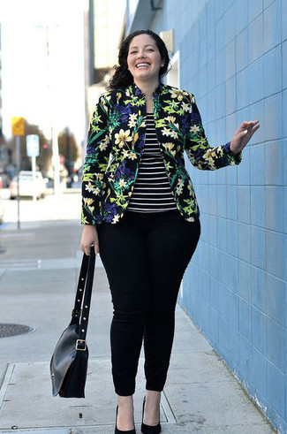 Look de moda: Blazer con print de flores negro, Camiseta sin manga de rayas horizontales en negro y blanco, Vaqueros pitillo negros, Zapatos de tacón de ante negros