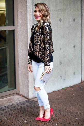 Cómo combinar: blazer de lentejuelas dorado, camiseta sin manga negra, vaqueros pitillo desgastados blancos, zapatos de tacón de ante rosa