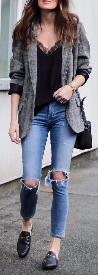 Cómo combinar: blazer de tartán gris, camiseta sin manga de encaje negra, vaqueros pitillo desgastados azules, mocasín de cuero negros