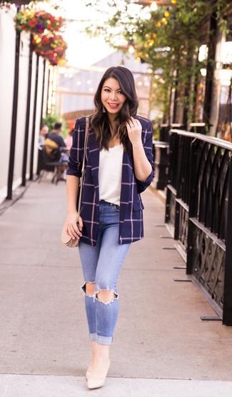 Cómo combinar: blazer a cuadros azul marino, camiseta sin manga de encaje blanca, vaqueros pitillo desgastados celestes, zapatos de tacón de cuero en beige