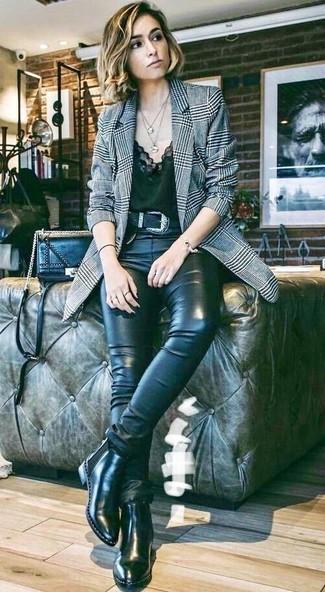 Cómo combinar: blazer de tartán gris, camiseta sin manga de encaje negra, vaqueros pitillo de cuero negros, botines chelsea de cuero negros