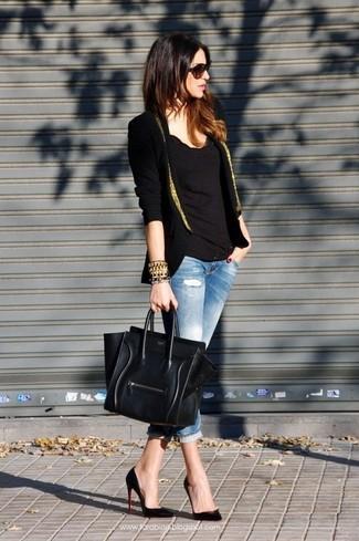 La versatilidad de un blazer negro y dorado y unos vaqueros pitillo desgastados celestes los hace prendas en las que vale la pena invertir. Con el calzado, sé más clásico y opta por un par de zapatos de tacón de cuero negros.