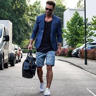 Cómo combinar: blazer azul, camiseta sin mangas negra, pantalones cortos vaqueros azules, tenis blancos