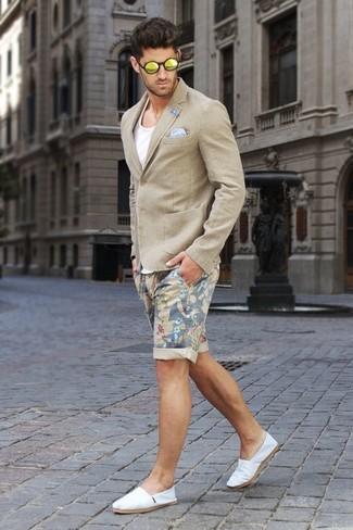 Cómo combinar: blazer en beige, camiseta sin mangas blanca, pantalones cortos con print de flores en beige, alpargatas de lona blancas