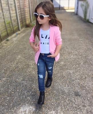Cómo combinar: blazer rosado, camiseta blanca, vaqueros azul marino, botas negras