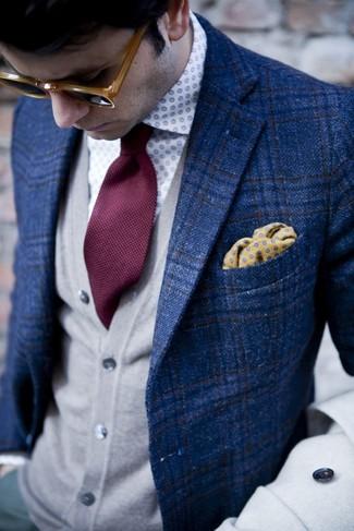 Cómo combinar: blazer de tartán azul, cárdigan gris, camisa de manga larga a lunares en blanco y azul, corbata burdeos