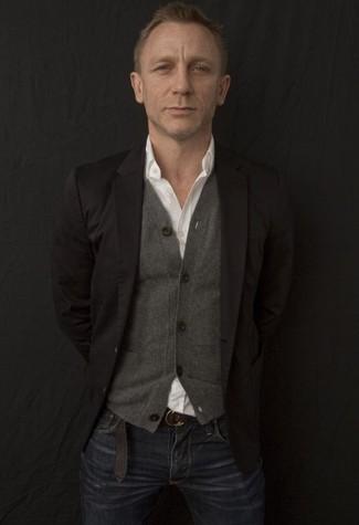 Look de Daniel Craig: Blazer Negro, Cárdigan Gris, Camisa de Manga Larga Blanca, Vaqueros Azul Marino