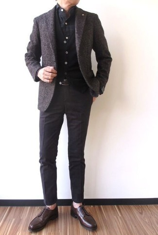 Cómo combinar un blazer de lana en marrón oscuro: Emparejar un blazer de lana en marrón oscuro con un pantalón de vestir en marrón oscuro es una opción práctica para una apariencia clásica y refinada. Zapatos derby de cuero en marrón oscuro son una opción atractiva para complementar tu atuendo.