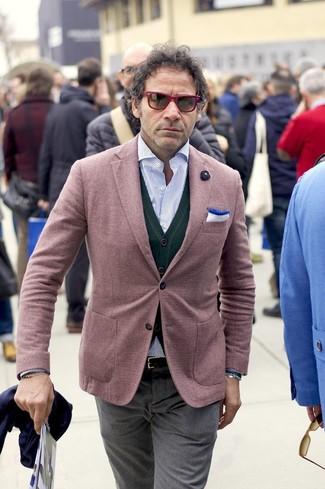 Cómo combinar: blazer burdeos, cárdigan verde oscuro, camisa de manga larga de rayas verticales celeste, pantalón de vestir gris