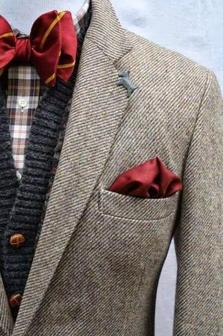 Cómo combinar un cárdigan de punto en gris oscuro: Ponte un cárdigan de punto en gris oscuro y un blazer de lana marrón para lograr un estilo informal elegante.