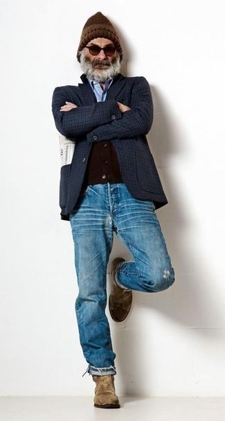 Cómo combinar unas gafas de sol en marrón oscuro para hombres de 60 años: Emparejar un blazer a cuadros azul marino junto a unas gafas de sol en marrón oscuro es una opción excelente para el fin de semana. Con el calzado, sé más clásico y completa tu atuendo con botines chelsea de ante marrónes.