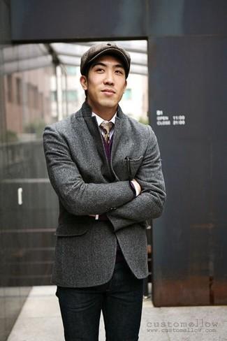 Cómo combinar: blazer de lana en gris oscuro, cárdigan morado, camisa de manga larga blanca, vaqueros negros
