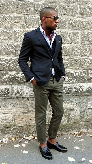 Cómo combinar: blazer azul marino, cárdigan azul marino, camisa de vestir blanca, pantalón chino verde oliva