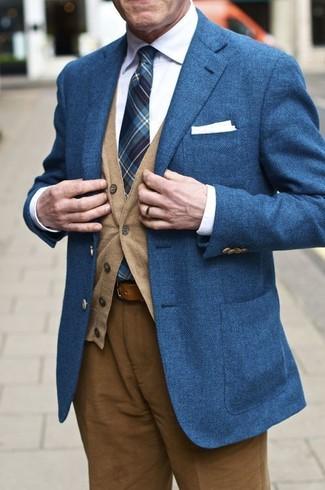 Intenta combinar un blazer de lana azul junto a un cárdigan marrón claro para lograr un look de vestir pero no muy formal.