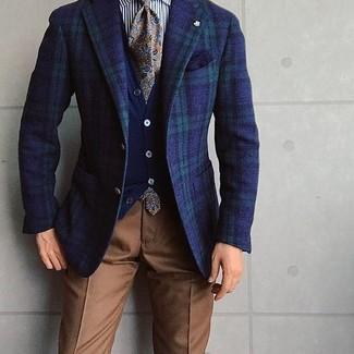 Cómo combinar: blazer de tartán en azul marino y verde, cárdigan azul marino, camisa de vestir de rayas verticales en blanco y negro, pantalón de vestir marrón