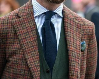 Cómo combinar: blazer de lana de cuadro vichy marrón, cárdigan verde oscuro, camisa de vestir de rayas verticales en blanco y azul, corbata de punto azul marino