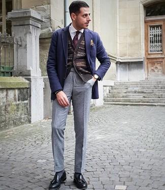 Cómo combinar: blazer de lana azul marino, cárdigan de grecas alpinos en marrón oscuro, camisa de vestir blanca, pantalón de vestir de lana gris