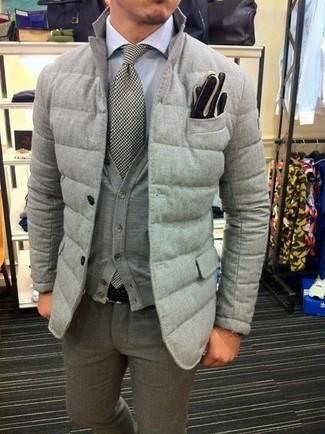 Cómo combinar: blazer acolchado gris, cárdigan gris, camisa de vestir blanca, pantalón de vestir de lana gris