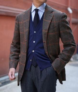 Cómo combinar: blazer de lana a cuadros en marrón oscuro, cárdigan azul marino, camisa de vestir de rayas verticales celeste, pantalón de vestir de lana en gris oscuro