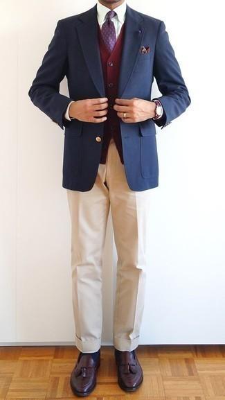 Cómo combinar un cárdigan burdeos: Intenta combinar un cárdigan burdeos con un pantalón de vestir marrón claro para rebosar clase y sofisticación. Mocasín con borlas de cuero burdeos son una opción estupenda para completar este atuendo.