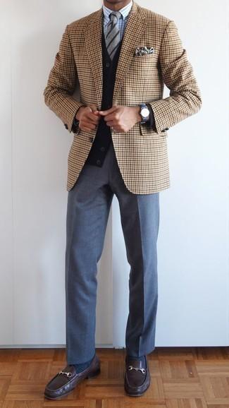 Cómo combinar una corbata de rayas horizontales gris: Considera emparejar un blazer de pata de gallo marrón claro junto a una corbata de rayas horizontales gris para un perfil clásico y refinado. Mocasín de cuero en marrón oscuro son una opción inigualable para completar este atuendo.