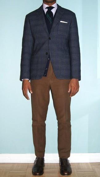 Cómo combinar un pantalón de vestir marrón: Considera ponerse un blazer de tartán azul marino y un pantalón de vestir marrón para un perfil clásico y refinado. Con el calzado, sé más clásico y elige un par de zapatos oxford de cuero en marrón oscuro.