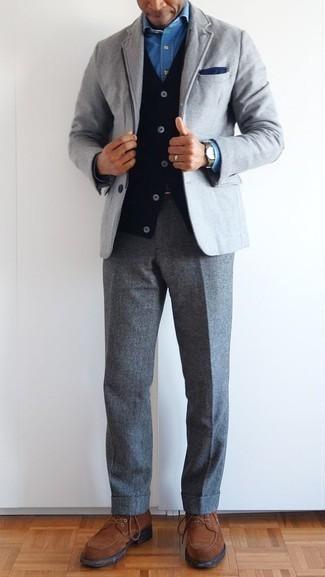 Cómo combinar un pantalón de vestir de lana gris estilo elegante: Emparejar un blazer gris junto a un pantalón de vestir de lana gris es una opción práctica para una apariencia clásica y refinada. Este atuendo se complementa perfectamente con zapatos derby de ante marrónes.