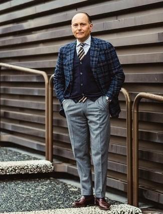 Cómo combinar un pantalón de vestir de lana gris estilo elegante: Casa un blazer de tartán azul marino con un pantalón de vestir de lana gris para rebosar clase y sofisticación. Mocasín con borlas de cuero burdeos son una opción inigualable para completar este atuendo.