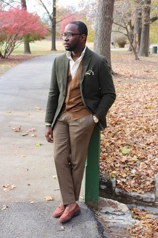 Cómo combinar un pantalón de vestir a cuadros: Intenta combinar un blazer verde oliva con un pantalón de vestir a cuadros para una apariencia clásica y elegante. Complementa tu atuendo con mocasín de ante en tabaco.
