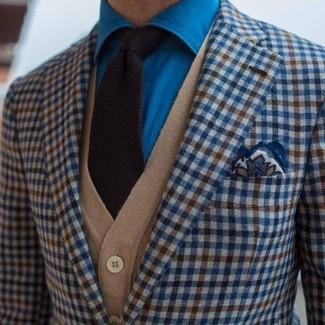 Intenta combinar un cárdigan marrón claro de hombres de Scalpers con un blazer de cuadro vichy azul para las 8 horas.