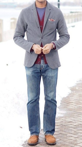 Cómo combinar unas botas casual de ante marrón claro: Utiliza un blazer gris y unos vaqueros azules para lograr un estilo informal elegante. Botas casual de ante marrón claro son una opción atractiva para complementar tu atuendo.