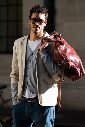 Cómo combinar: blazer de algodón en beige, cárdigan gris, camiseta con cuello circular blanca, vaqueros azules