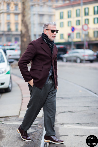 Cómo combinar: blazer burdeos, cárdigan gris, pantalón de vestir de lana gris, zapatos derby de cuero burdeos