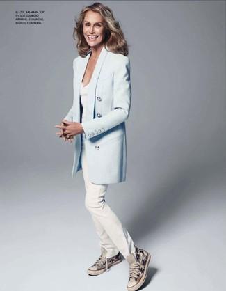 Look de Lauren Hutton: Blazer Celeste, Camiseta con Cuello en V Blanca, Vaqueros Blancos, Zapatillas Altas de Lona Grises