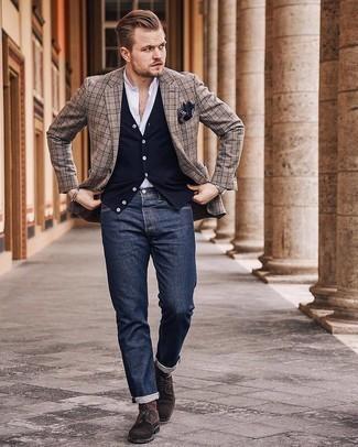 Cómo combinar un blazer de tartán marrón claro: Ponte un blazer de tartán marrón claro y unos vaqueros azul marino para conseguir una apariencia relajada pero elegante. Zapatos derby de ante en marrón oscuro proporcionarán una estética clásica al conjunto.