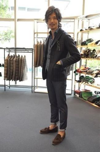 Cómo combinar un chaleco de punto gris: Casa un chaleco de punto gris con un pantalón chino en gris oscuro para crear un estilo informal elegante. ¿Te sientes valiente? Complementa tu atuendo con mocasín con borlas de ante marrón.