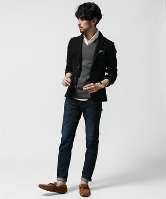 Cómo combinar un chaleco de punto gris: Utiliza un chaleco de punto gris y unos vaqueros azul marino para crear un estilo informal elegante. Mocasín de ante marrón darán un toque desenfadado al conjunto.