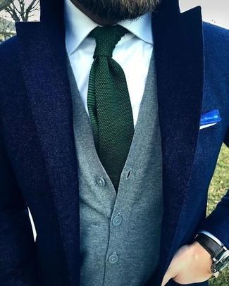 Cómo combinar: blazer de lana azul marino, chaleco de punto gris, camisa de vestir blanca, corbata de punto verde oscuro