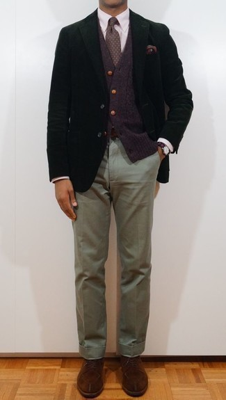 Cómo combinar una corbata estampada verde oscuro: Empareja un blazer negro con una corbata estampada verde oscuro para un perfil clásico y refinado. Zapatos derby de ante marrónes son una opción excelente para completar este atuendo.