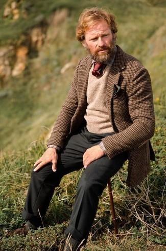 Cómo combinar un pañuelo de bolsillo estampado verde oscuro: Emparejar un blazer de lana de pata de gallo marrón junto a un pañuelo de bolsillo estampado verde oscuro es una opción práctica para el fin de semana. ¿Te sientes valiente? Haz botas safari de ante marrónes tu calzado.