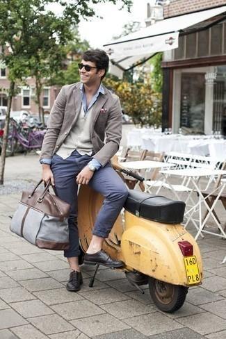 Cómo combinar un pañuelo de bolsillo estampado burdeos: Emparejar un blazer gris con un pañuelo de bolsillo estampado burdeos es una opción grandiosa para el fin de semana. Elige un par de zapatos derby de cuero negros para mostrar tu inteligencia sartorial.