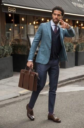 Cómo combinar un portafolio de cuero marrón: Un blazer celeste y un portafolio de cuero marrón son una opción muy buena para el fin de semana. ¿Te sientes valiente? Completa tu atuendo con zapatos oxford de cuero marrónes.