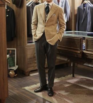 Cómo combinar un chaleco de punto gris: Considera ponerse un chaleco de punto gris y un pantalón de vestir en gris oscuro para una apariencia clásica y elegante. Para darle un toque relax a tu outfit utiliza zapatos derby de cuero negros.