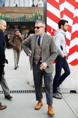Cómo combinar un pañuelo de bolsillo celeste: Emparejar un blazer de lana gris junto a un pañuelo de bolsillo celeste es una opción perfecta para el fin de semana. Con el calzado, sé más clásico y opta por un par de botas brogue de cuero en tabaco.
