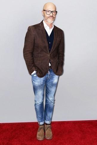 Outfits hombres: Equípate un blazer en marrón oscuro junto a unos vaqueros desgastados azules para conseguir una apariencia relajada pero elegante. ¿Te sientes valiente? Completa tu atuendo con botas safari de ante marrón claro.